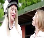 Due ricche puttanelle bianche condividono uno stallone