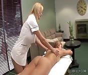 Un massaggio tra ragazze che non finisce in niente