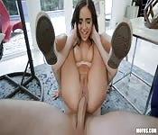 Giovane donna adora il cazzo largo