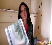Brunetta con le maniche scopa per soldi