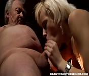 MILF badante scopa suo nonno