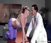 Infermiera scopa un dottore