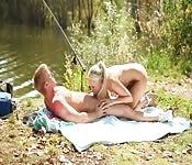 Dolce sesso appassionato vicino al lago