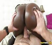 Bellezza nera scopa con ragazzo bianco