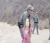 Baiser une sans-papiers à la frontière
