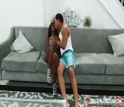 Farbiges Mädchen auf Couch gefickt