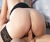 Une brunette aux grosses fesses chevauche