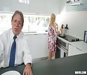 Sexo tórrido con su padrastro