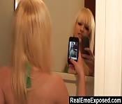 Blonde prend des selfies nues