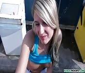 Süße Blondine beim Blasen auf der Straße