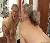 Nonna e ragazza fanno sesso a tre