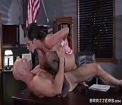 Masa üzerinde ateşli seks
