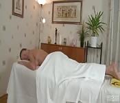 Une masseuse sexy baise son client