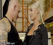 Une femme mature excitée baise l'ouvrier