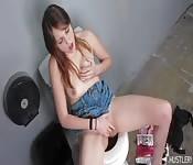 Belle teen se branle dans la salle de bain