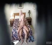 Capturas de cámara oculta a una mamá caliente y rubia
