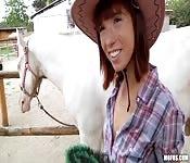 Aanbiddelijke cowgirl neukt voor geld