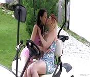 Scopata lesbica su macchina da golf