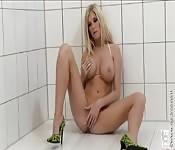 Uma bela MILF se masturba no chuveiro