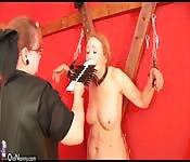 Alte Frau bei einer BDSM-Session