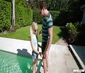 Fóllame justo ahí, en la piscina