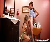 Cassidy Klein lutscht meinen Schwanz auf dem WC