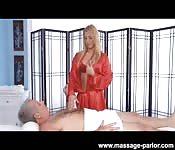 Rondborstige blondine masseert een gepensioneerde man