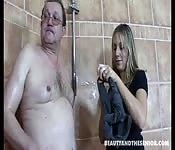 Banyo yapıp üvey babasıyla sikişiyor