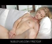 Blonde babe geniet van een intens orgasme