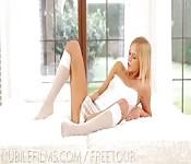 Ładna blond modelka masturbuje się w hotelu
