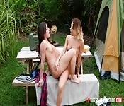 Seducente masturbazione di due lesbiche