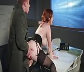 Une fille rousse se fait écraser dans un bureau