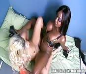 Una ragazza bianca e una nera si divertono