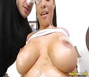 Il baise une femme noire aux gros seins