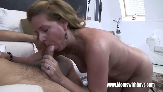 Oudere vrouw houdt van jonge lullen