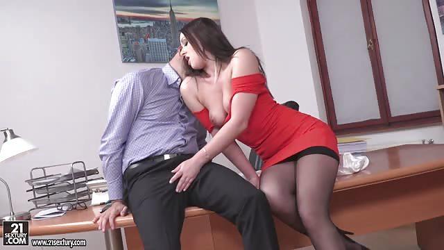Secretaria morena recibe sexo intenso por su jefe de trabajo - 1 part 4