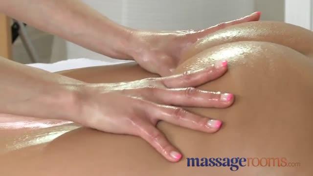 Un massaggiatore italiano col cazzone incula una svedese