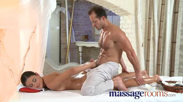 An oily massage, a delicious fuck