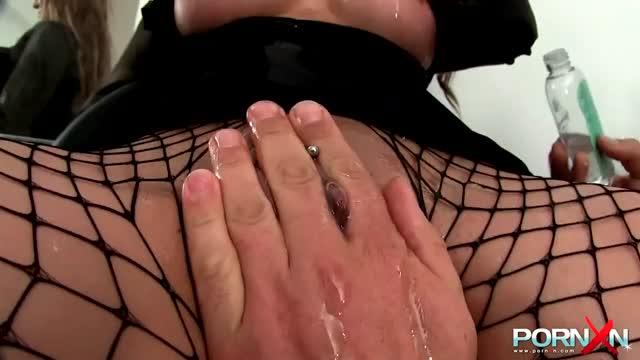 Vuisten in een harde sex sessie